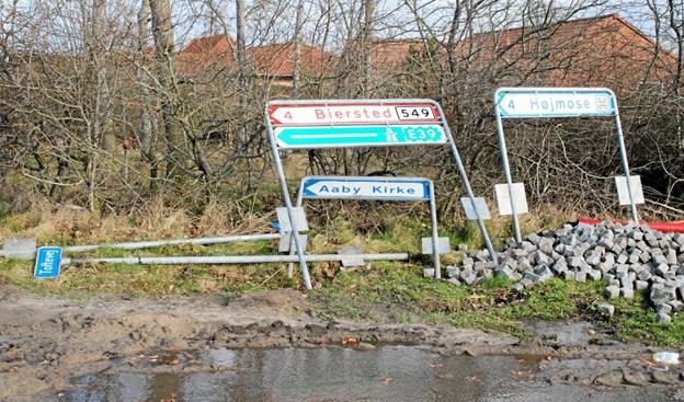 Skiltene i krydset venter på at blive sat på plads. Foto: Flemming Dahl Jensen Flemming Dahl Jensen