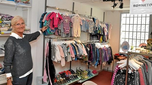 Nancy Rasmussen viser den veludstyrede afdeling med børnetøj, hvoraf langt det meste ser splinternyt ud. Foto: Ole Torp Ole Torp