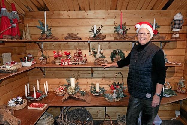 Gretha Hansen har for tiden travlt med at lave kreative juledekorationer. Foto: Niels Helver Niels Helver