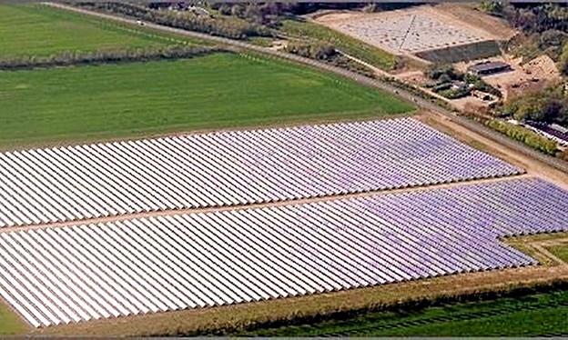 Solvarmeanlægget var i nogle år det største i verden og på dette luftfoto får man et godt indtryk af, hvor meget solpanelerne fylder. Øverst til højre i billedet ses det store vandbassin, hvor man kan lagre varmen, og foran det er det teknikbygningen. Foto: privatfoto privatfoto
