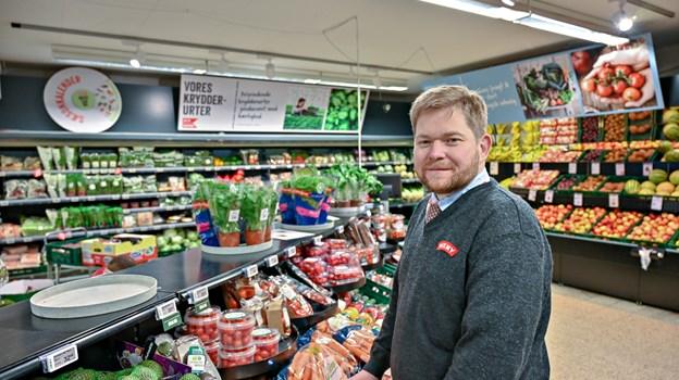 Bjørn Nielsen har 10 års jubilæum med Meny i Fjerritslev - en butik, han overtog efter sine forældre. Men på mange måder har det at blive købmand i sin helt egen butik betydet, at Bjørn Nielse har været nødt til at kigge indad - og tage et opgør med den generthed, han har kæmpet med hele sit liv. Foto: Kurt Bering