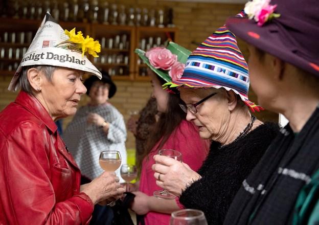 Hattefesten er i høj grad en social dag, hvor man kan lære andre kvinder i området at kende. Foto: Henrik Louis HENRIK LOUIS