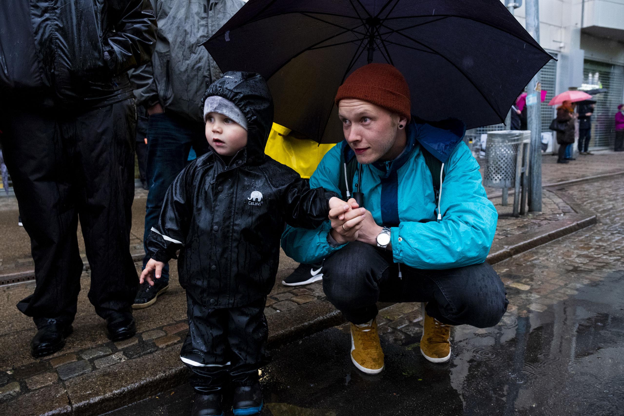 Små som store studerede ivrigt optoget - allerede lørdag går det igen løs med blandt andet børnekarneval. Foto: Lasse Sand