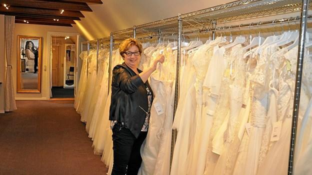 bb4015bb9a6f Man kan få et indtryk af det meget store udvalg af brudekjoler på dette  billede