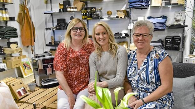 Ida Seerup, daglig leder af Samilla i loungehjørnet flankeret af Jukki Seerup (tv) som pt. er sygemeldt, men som stadig vil være en af butikkens drift. Til højre Hanne Nordtorp - fast ansat i butikken.