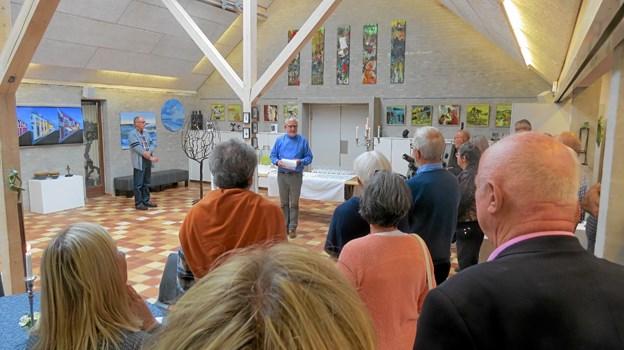 Galleriejer Jesper Svenson bød velkommen til kunstnere og publikum. Foto: Kirsten Olsen