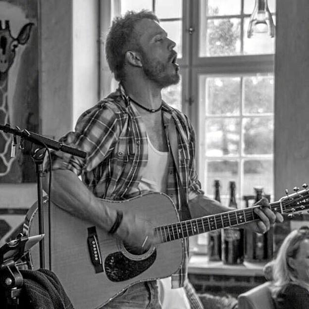 """Fredag kl. 16.00-18.15: Live musik på Skagen Bryghus med """"Dennis Nielsen"""" (Akustisk Pop/Rock)."""