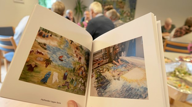 Der er fremstillet en lille pixibog, der fortæller om fremstillingsprocessen og de enkelte motiver med henvisning til de pågældende bibelsteder. Foto: Ejgil Bodilsen