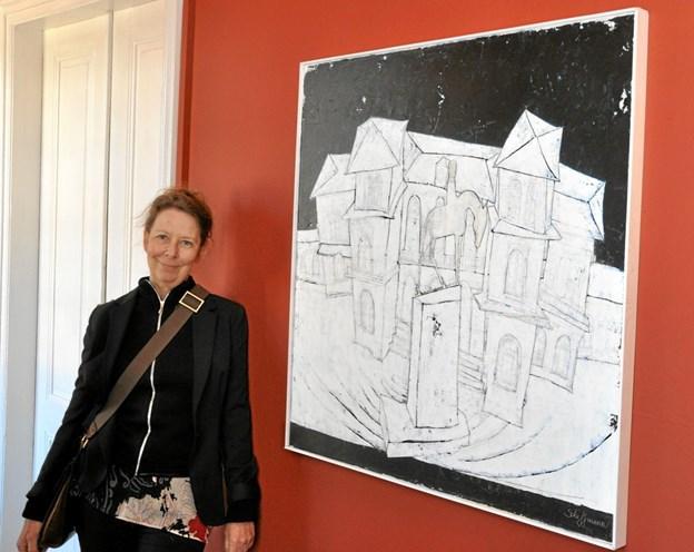 Helle Scheffmann ved et billede, hvor Aalborg Banegård og rytterstatuen af Chr. IX er fremstillet som en kombination. Foto: Ole Torp