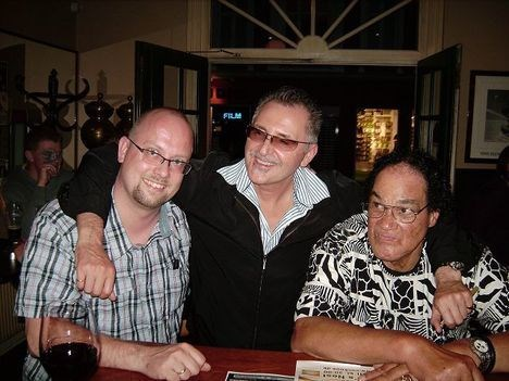 Den britiske verdensstjerne Paul Lamb (i midten) og boghandler Michael Clausen (til venstre) er nemlig gamle venner.