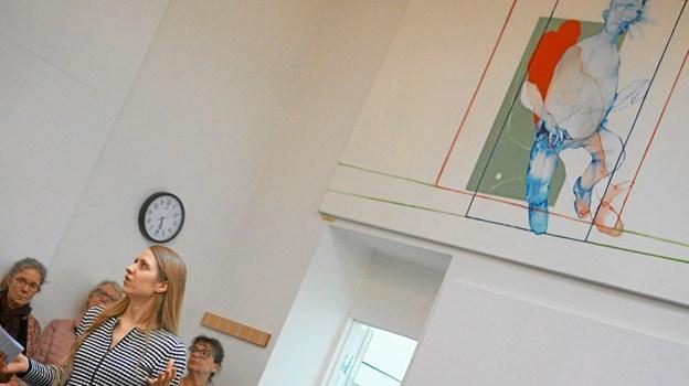 Inspektør Maja Barsøe, Vendsyssel Kunstmuseum, fortalte om Peter Max-Jakobsens værker, der hænger helt oppe under loftet i rettens sal B, hvor der ofte er grundlovsforhør.