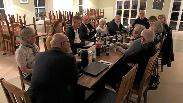 Der er blevet nedsat en arbejdsgruppe, som her ses ved deres første møde på Hjørnet. Når man ser på deltagerne rundt om bordet, så får man et godt indtryk af, at byen er godt repræsenteret. Privatfoto privatfoto