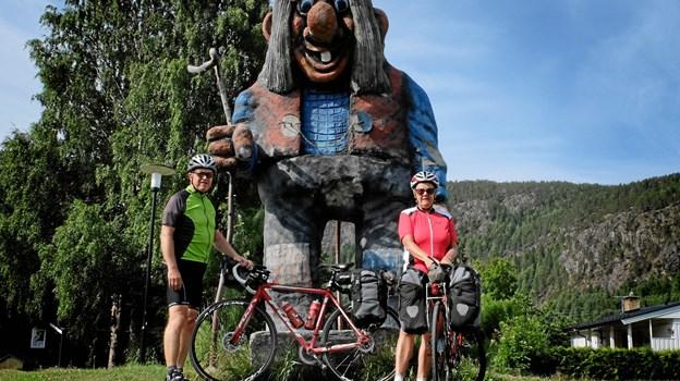 Lene Kold (th.) og Klaus Madsen har cyklet ture i det meste af Europa og som her i Norge. Det er Klaus Madsen yderst til venstre...Privatfoto