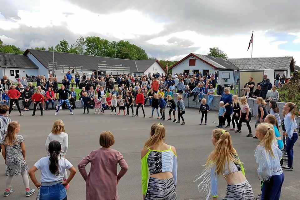 """Der blev danset på multibanen – først af et hold fra """"Art of Dance"""" fra Hjørring – og bagefter blev Vrå børnene inviteret med. De var i den grad klar. Foto: Arne Larsen-Ledet"""