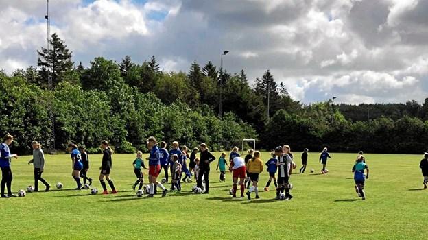 Pigerne på fodboldskolen fik en dejlig dag med Matilde Kjeldgaard og Camilla Nielsen fra FC Thy. Foto: FIF