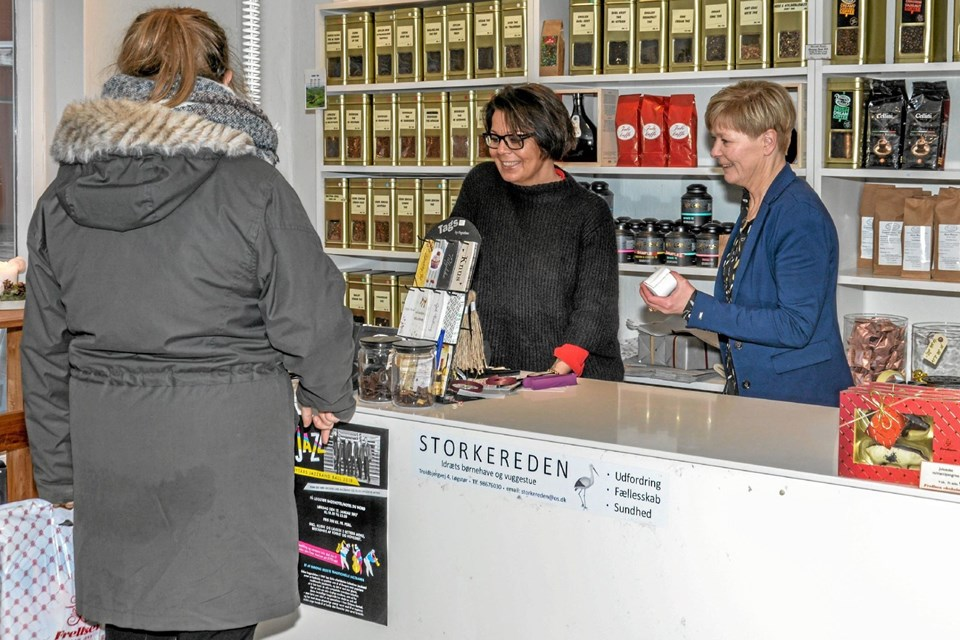 Kit Kronborg (tv) glæder sig meget til at tage over og skabe sit eget koncept i butikken i Østerbrogade i Løgstør. Foto: Mogens Lynge