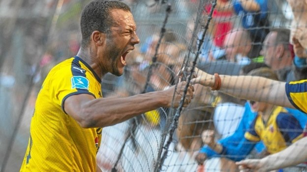 Yaw Amankwah siger varmt tak og farvel for en god tid til Hobro IKs supportere.? Foto: Dannie Rosenkrantz