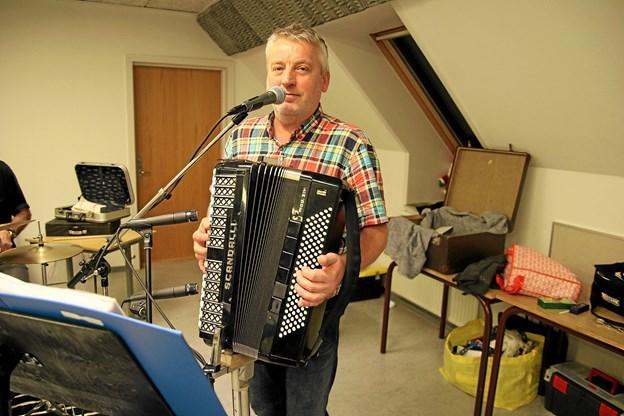 Anders Børgesen øver sammen med de andre Tørvebisser, hver mandag på den tidligere skole i Moseby. Foto: Flemming Dahl Jensen