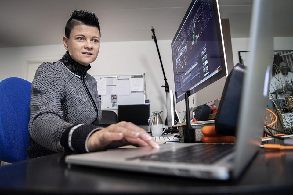 Anja Schønwandt ved sit arbejdsbord i privatboligen.