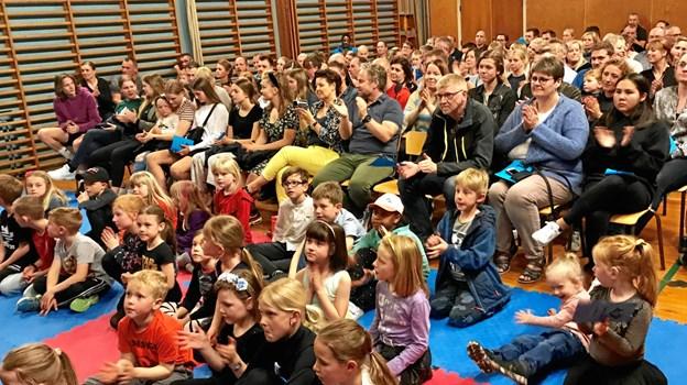 Familierne bakkede godt op om den årlige fest i Øster Hornum Børneunivers. Privatfoto