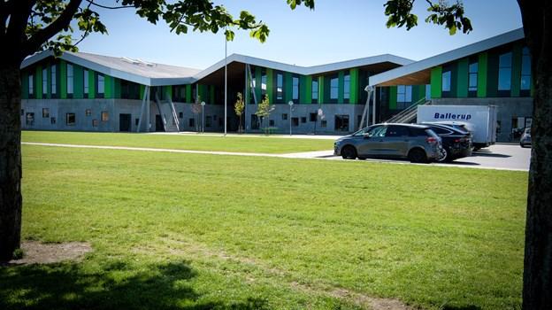Det er her på den grønne plæne ved afdelingen på Kattedamsvej, den nye legeplads skal findes. Foto: Bo Lehm