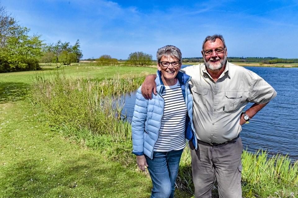 Anni og Thorvald Thomassen kan også tilbyde fiskeri i et af Thys bedste geddevand - her bag dem. Foto: Ole Iversen Ole Iversen