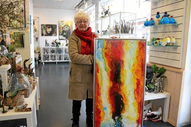 """Som første kunde købte Hanne Østergaard """"Around the falls' til køtilbudspris 1 krone. Foto: Tommy Thomsen Tommy Thomsen"""