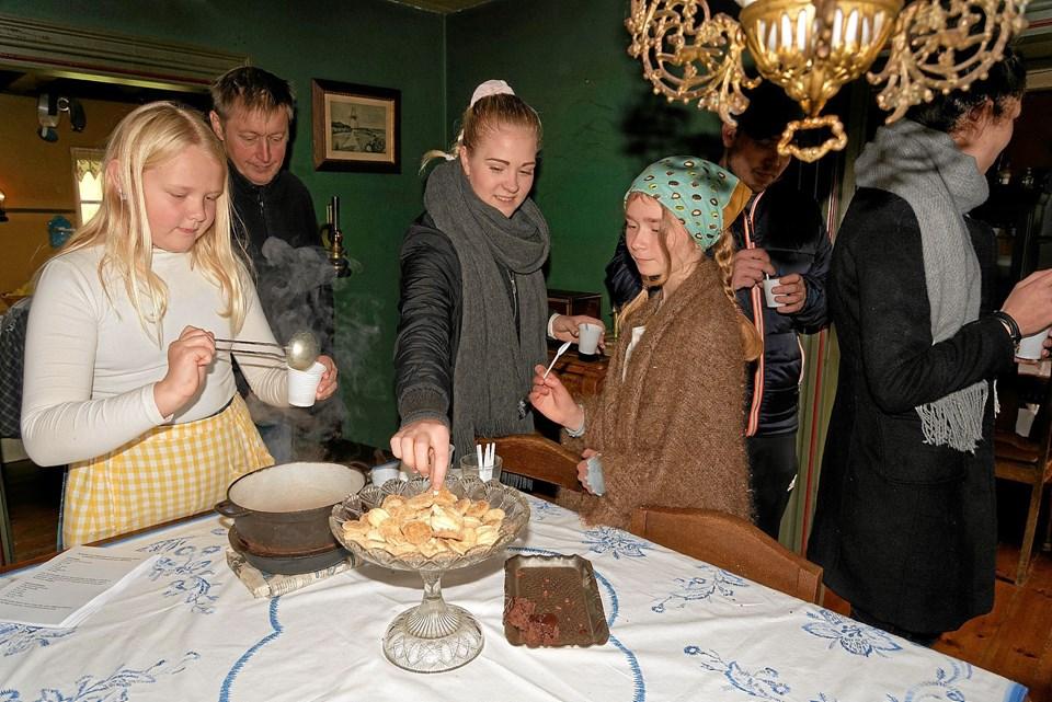 I Husmandsstedet bydes der på smagsprøver af forskellige kartoffelretter og kartoffelkager. Foto: Niels Helver