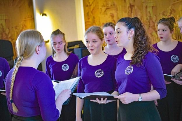 Nordvestjysk Pigekor øver i gobelinsalen -før de skal på scenen. Foto: Ole Iversen Ole Iversen