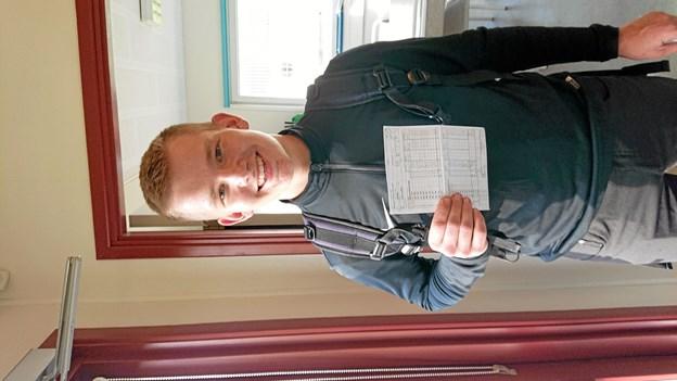 På billedet ses en glad Thomas med det flotte scorekort. Foto: Aabybro Golfklub