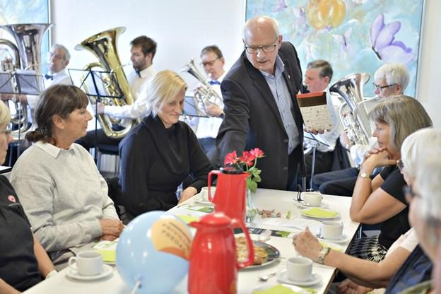 Der var kaffe, kage, taler og musikalsk underholdning til Frivillig Fredag i Brønderslev.Foto: Bente Poder