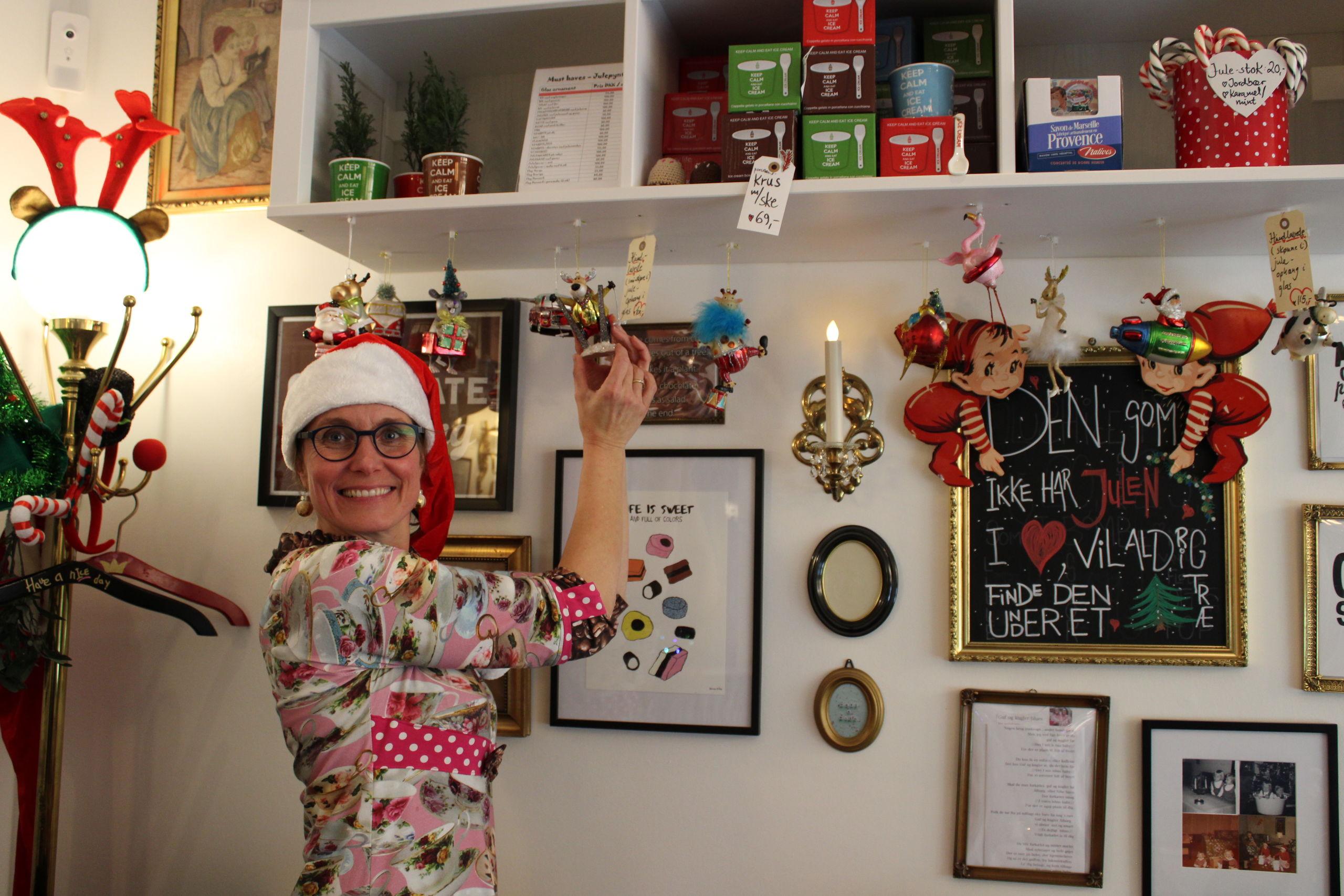 Her er det den ene af søstrene, Marianne Korsholm Borum, der er i gang med at julehygge i Guf og Kugler i Slotsgade. Foto: Pauline Vink