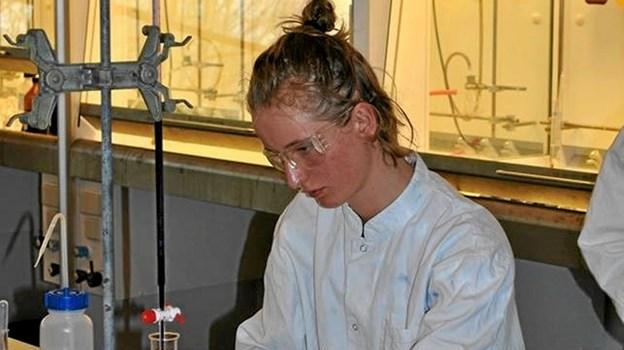 Sif Bjerre Lindby i gang med et forsøg. Nu skifter hun lærebøger og kemi ud med en tilværelse i forsvaret. Privatfoto Privatfoto
