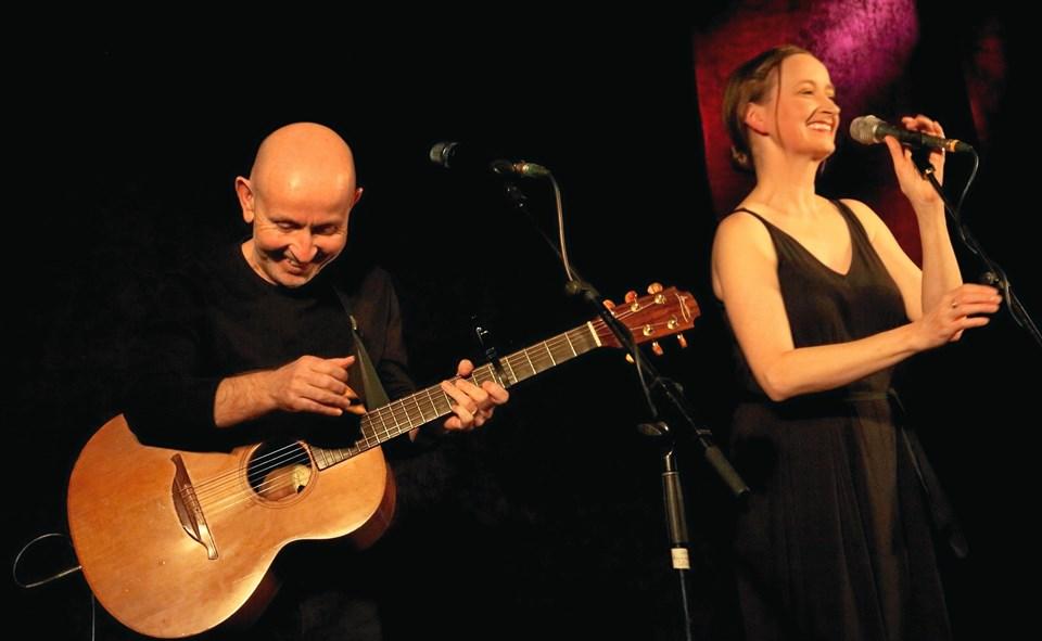 Annie Kinsella og Kieran Goss - tog kegler i Kulturhuset i Arden. Privatfoto