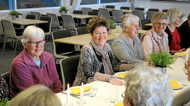 Holdleder Tenna Petersen (nr. 2 fra venstre) fra Ældre Sagen takkede for den gode opbakning til holdet, som ikke mindst skyldes Sigrids indsats og så kunne afslutningsfesten tage sin begyndelse. Foto: Tommy Thomsen Tommy Thomsen