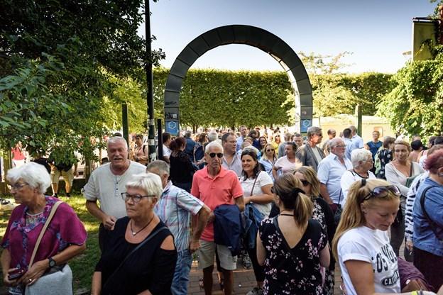 Festglade folk strømmede til sæsonens første fredagsfest i Karolinelund.