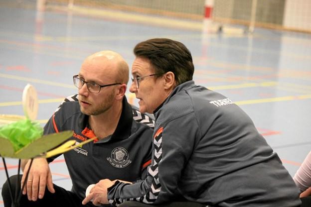 Trænerne Niels Hansen og Tove Thorsen prøver på nye tiltag i anden halvleg da holdet er bagud med 5 mål. Foto: Flemming Dahl Jensen Flemming Dahl Jensen