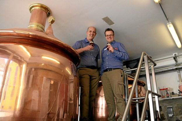 Uddeler Max Kristensen og afdelingsleder Karsten Stenholt, Super Brugsen i Hobro, prøvesmager den nye øl. Foto: Erik Røgild
