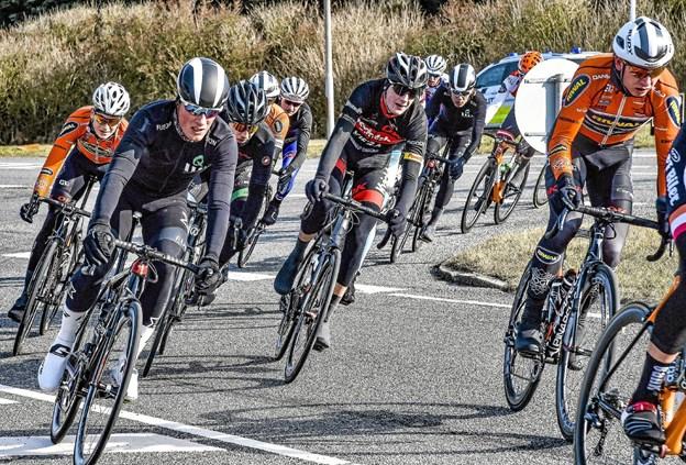 Omkring 700 cykelryttere vil sætte deres præg på Hanstholm på søndag. Her for fra sidste år, hvor vinderen hos A-klassen blev Andreas Stokbro, Riwal, nu professionel. (th. i orange).Arkivfoto: Ole Iversen