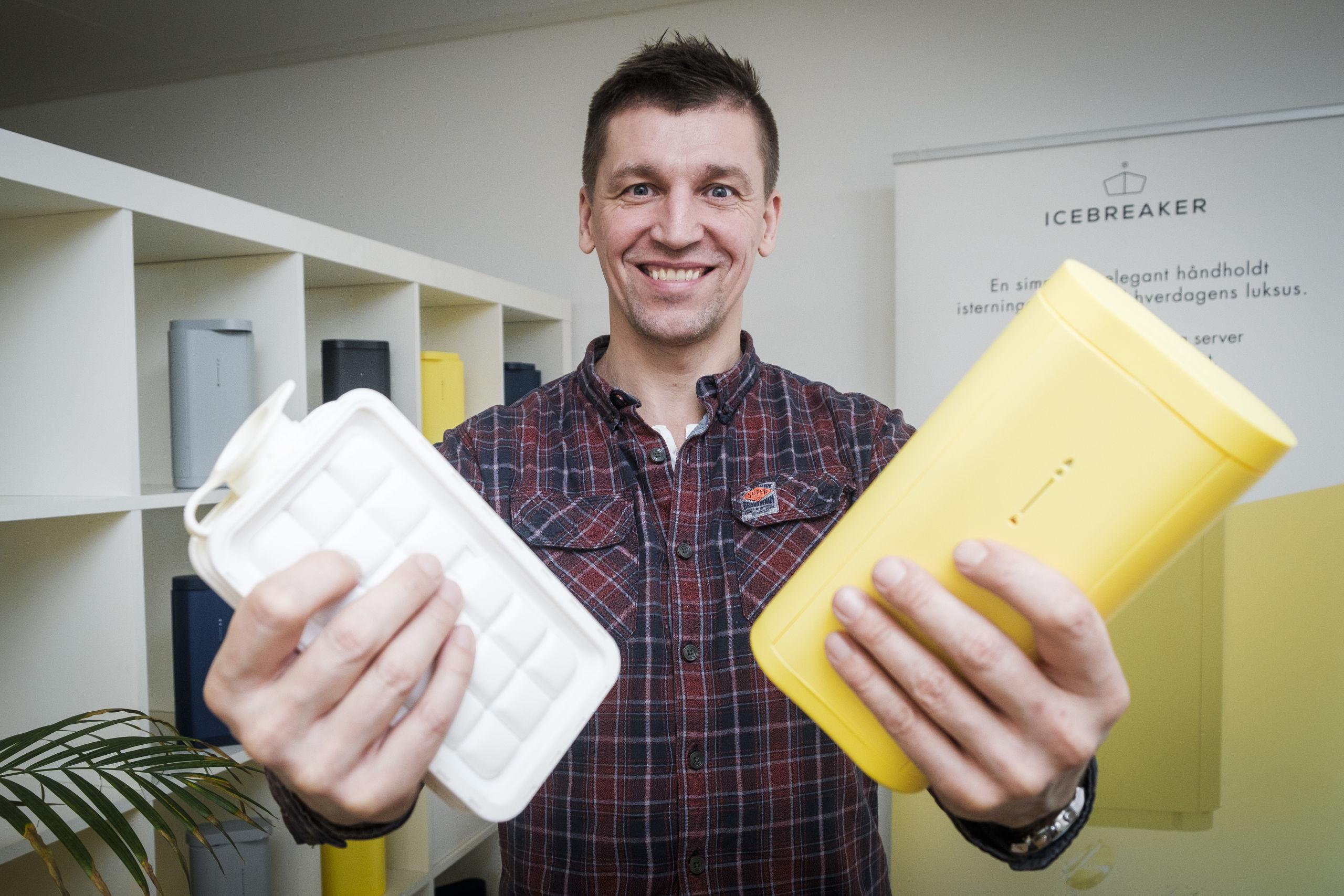 Den første opfindelse har Kim Jensen i højre hånd, og i venstre hånd den nyeste opfindelse. Foto: Lasse Sand