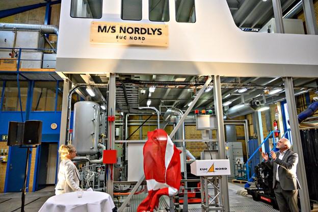 I dette øjeblik afsløres skibets navn M/S Nordlys af direktør for Danske Maritime Jenny Braat, mens direktør på EUC Nord Neil Jacobsen er klar til at klappe. Foto: Kurt Bering