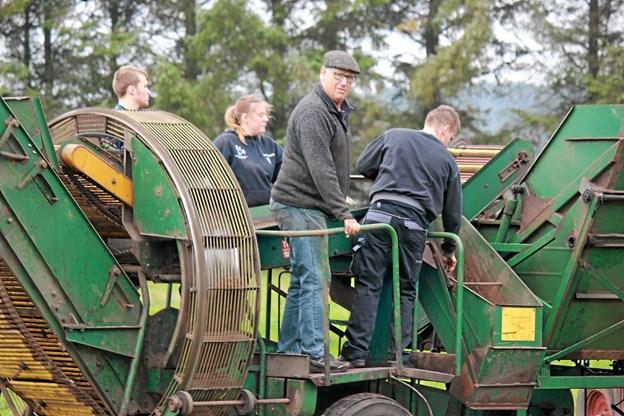 Der er plads til 4 hjælpere på maskinen. Foto: Flemming Dahl Jensen