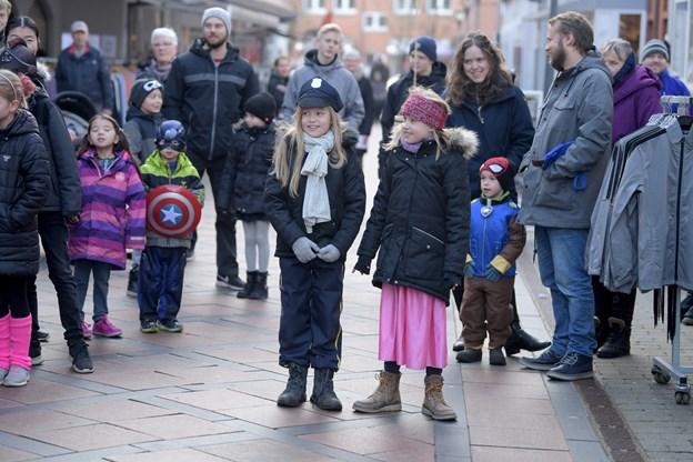 Børnene ventede spændt på, at der blev givet lov til at tønderne måtte ryge ned.Foto: Henrik Louis HENRIK LOUIS