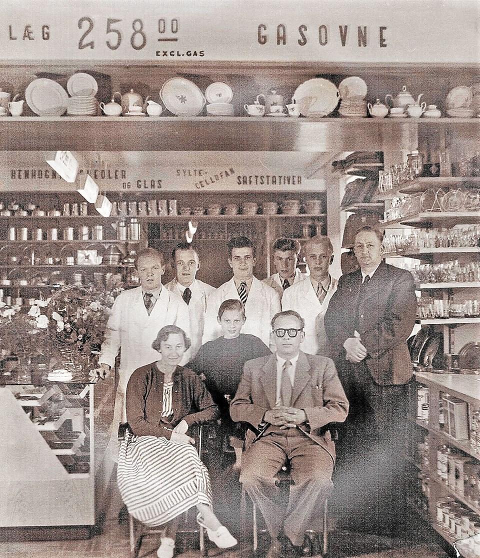 Det gamle billede er fra sidst i 1940´erne og viser Købmand Villy Pedersen med familie og personale. Privatfoto Privatfoto