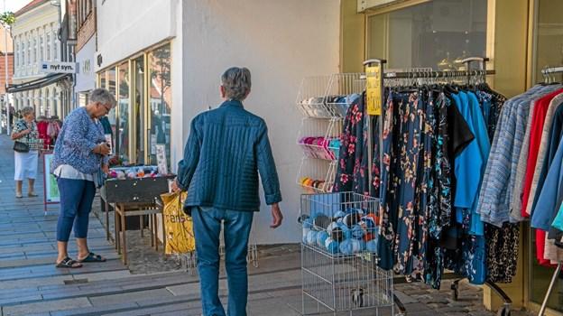 Fredag skinnede solen dejligt og kunderne kom for alvor til udsalg i byen. Foto: Mogens Lynge Mogens Lynge