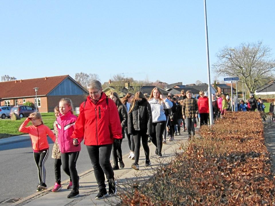 De 400 elever skulle gennemløbe eller gå en rute i Terndrup midtby på sammenlagt tre kilometer ?flere gange i løbet af to timer.