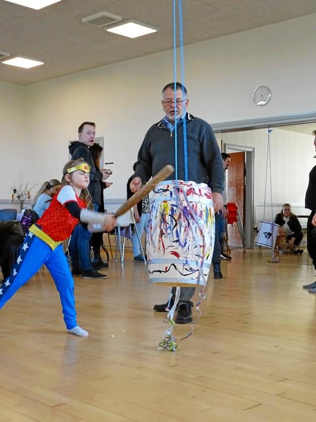 En superhelt slår til tønden i Stenild Forsamlingshus. Privatfoto