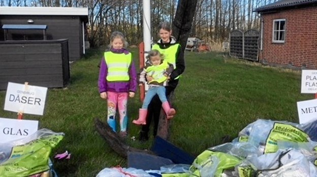 Ved affalds indsamlingen i Hadsund 31 marts, mødte 27 frivillige, heraf 5 børn op for at samle affald i grøfter og vejkanter. Det blev til lidt mindre affald end de foregående år, men alligevel var Svend Grønkjær Madsen og Lasse Gundesen fra DN Mariagerfjord Øst tilfredse, for så smides der nok ikke så meget affald ud af vinduerne fra bilerne mere, da de 27 personer med gule veste opsamlede 290 kg blandet affald. Efter indsamlingen var Super Brugsen og Davinci sponser med øl / vand og pizza, Dykkerklubben lagde klubhus til. Pigerne på billedet er fra venstre, Tora Brink-Jensen, Alma Qurtrup Jensen, og Liva Brink-Jensen. Foto: Lasse Gundesen