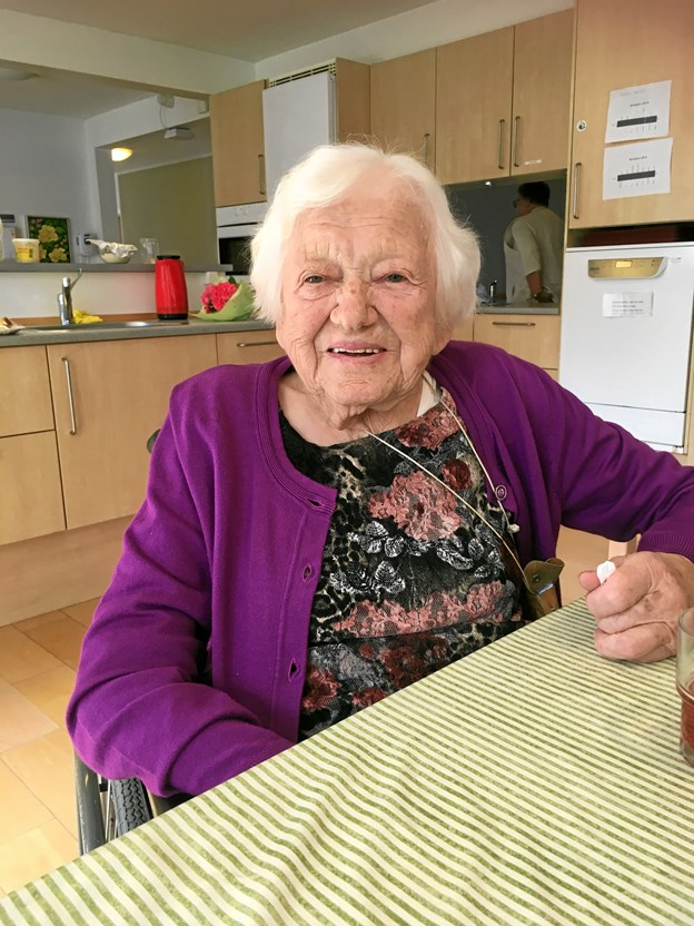 Gerda Sørensen blev for 50 år siden ansat til at smøre smørrebrød i Røde Kors Hjemmets køkken. I dag er hun selv beboer på hjemmet. Men beboernes favoritretter er stort set stadig de samme, som de var dengang i 1968, konstaterer hun. Privatfoto