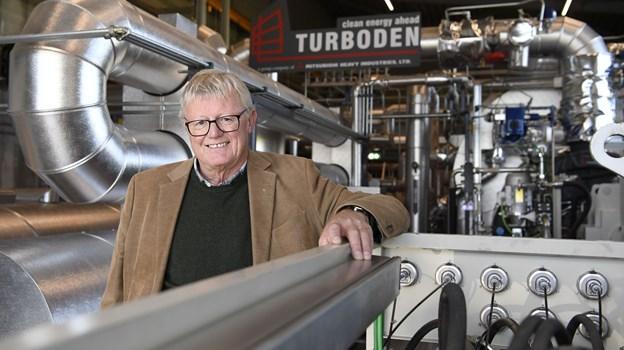 Sindal Varmeforsynings formand Bjarne Christensen byder værkets forbrugere indenfor til rundvisning.  Arkivfoto: Mette Nielsen